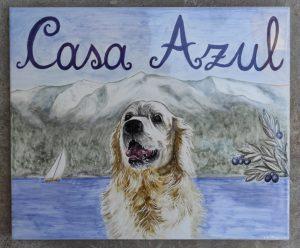 Piastrella di cane davanti al lago