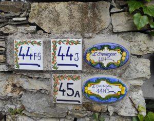 Numeri civici in ceramica murati per case di campagna