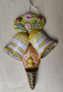 Ceramica pasquale decorativa con uovo e campane