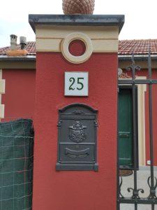 Civico murato su pilastro ingresso