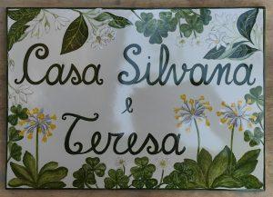 Targa floreale in ceramica dipinta a mano