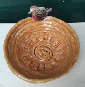 Cestino in ceramica con uccellino per ovetti pasquali