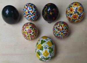 Uova pasquali in ceramica decorate a mano