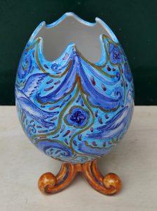 Uovo in ceramica aperto con decoro azzurro