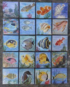 Pesci tropicali dipinti su piastrelle