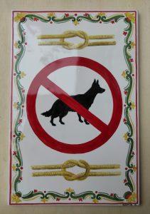 Cartello divieto cani decorativo dipinto su piastrella