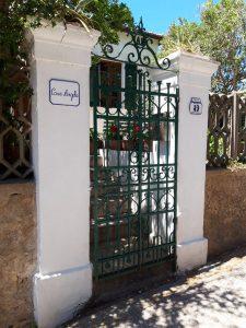 Piastrella murata all'ingresso di villa