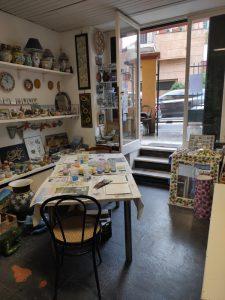 Laboratorio aperto per cimentarsi con la decorazione su ceramica