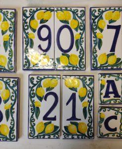 Numeri in ceramica con limoni