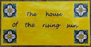 Piastrella casa del sole che sorge