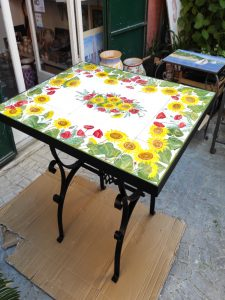 Tavolo in ferro con piano di piastrelle