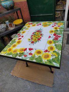 Tavolo di piastrelle decorate a mano